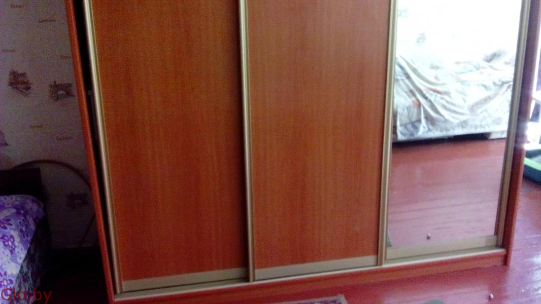 Шкаф-купе с зеркалом (три секции).в хорошем состоянии.